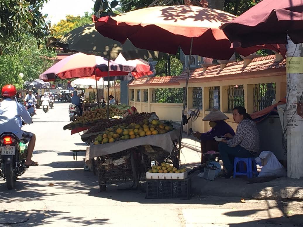 Mùa hè, trung bình dân buôn hoa quả đứng phơi nắng 10 tiếng đồng hồ một ngày