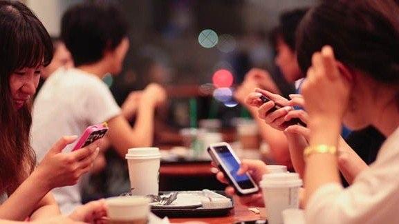 Những chiếc điện thoại thông minh tràn ngập khắp nơi. Ảnh minh họa