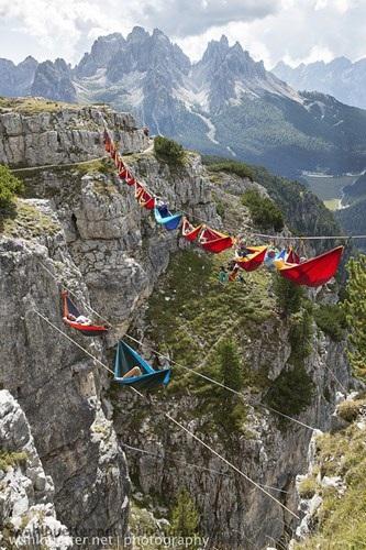 Thư giãn trên võng giữa bầu trời với độ cao 164 feet so với mặt đất.22 người tham gia đã lên 16 chiếc võng tại Liên hoan Highline ở Monte Piana, Ý, dường như không nghĩ như vậy. Những nhà leo núi này có trọng lượng tổng cộng khoảng 5.180£, tham gia dự án có tên gọi Vé đi tới mặt trăng.