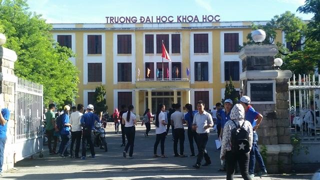 Thí sinh ở cụm thi 39 do Đại học Huế chủ trì đến làm thủ tục tập trung tại trường Đại học Khoa học Huế (ảnh: Quỳnh Nga)