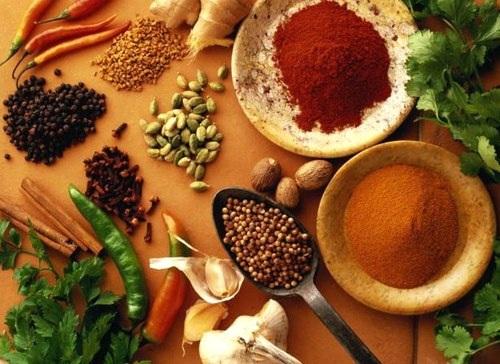 Hạn chế ăn những gia vị cay nóng để tăng hiệu quả kiểm soát tình trạng mồ hôi.
