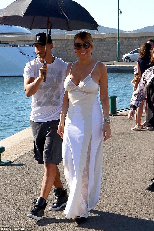 Mariah Carey tươi tắn khi lọt vào ống kính của giới săn tin tại St Tropez. Ngôi sao xinh đẹp đang tranh thủ nghỉ ngơi sau một thời gian dài bận rộn với tour diễn vòng quanh thế giới.