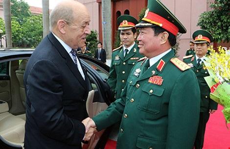 Ngày 6-6, Bộ trưởng Quốc phòng Ngô Xuân Lịch đón Bộ trưởng Quốc phòng Pháp Jean-Yves Le Drian thăm chính thức Việt Nam. Ảnh: TTXVN