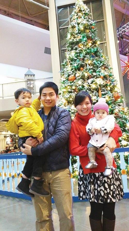 Nguyễn Thành Nhân bên gia đình nhỏ của mình.