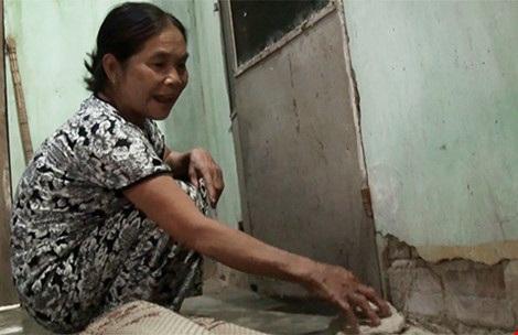 Nhà bà Võ Thị Thu Hồng (xã Hòa Xuân Đông, huyện Đông Hòa) xuất hiện nhiều vết nứt chạy dài. Ảnh: TẤN LỘC