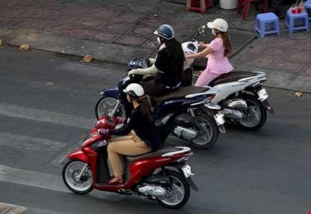 Chiều 23-2, hàng chục cô gái bán dâm lượn lờ trên các xe tay ga đón khách trên đường Nguyễn Chí Thanh. Ảnh: HOÀNG GIANG