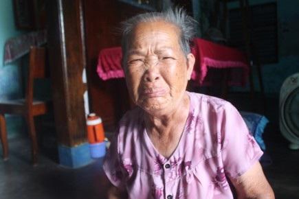 Mẹ người thợ lặn xấu số Lê Văn Ngày. Ảnh: N.BĂNG