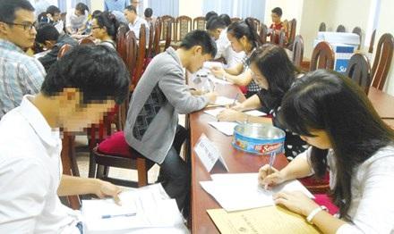 Các học viên cao học và nghiên cứu sinh làm thủ tục nhập học.