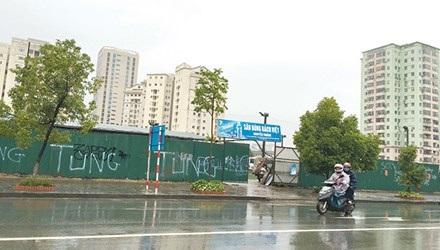 Đất xây dựng trường học tại khu đô thị Nam Trung Yên dùng để làm sân bóng cho thuê, bãi trông xe. (Ảnh: Tuấn Minh)