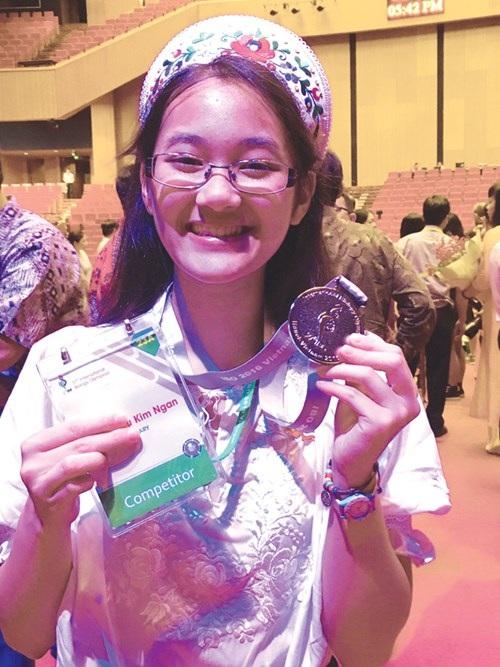 Kim Ngân với tấm HCB tại lễ trao giải cuộc thi Olympic sinh học quốc tế lần thứ 27 tổ chức tại Việt Nam. (Ảnh: Nguyễn Hà)