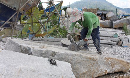 Máy cắt cũng là một công cụ làm nghề nguy hiểm với các phu đá. Ảnh: Nguyễn Lâm