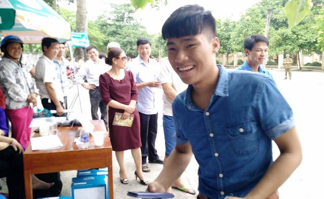 Thí sinh Phạm Gia Thịnh, trường THPT Nho Quan A cười tươi sau khi ra khỏi phòng thi (ảnh: Thái Bá)