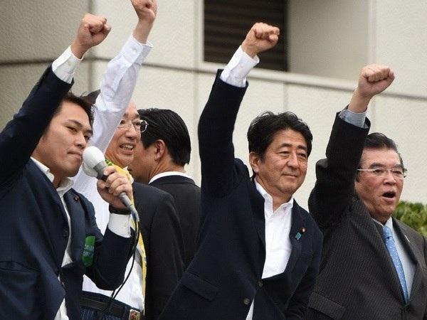 Thủ tướng Nhật Bản Shinzo Abe (ở giữa) trong chiến dịch tranh cử tại Tokyo ngày 9/7. (Nguồn: AFP)