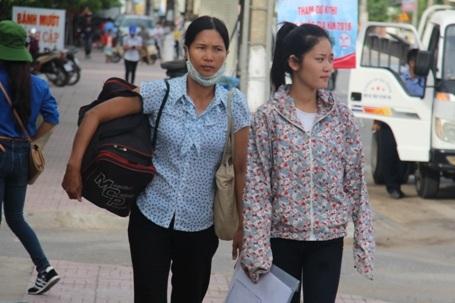 Nhiều thì sinh được người nhà dẫn tới tận các điểm thi để làm thủ tục thi trong sáng nay