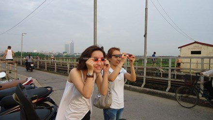 Các bạn trẻ quan sát nhật thực ngày 21/5/2012 tại cầu Long Biên. (Ảnh: Hội thiên văn học trẻ Việt Nam)