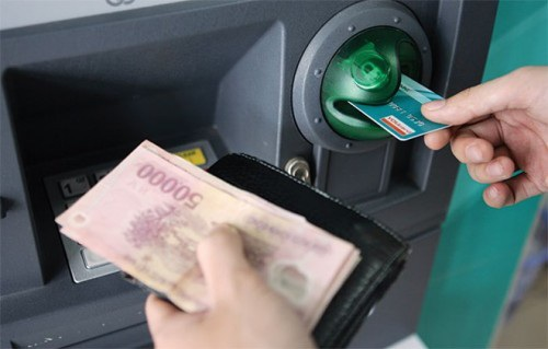 Nâng hạn mức rút tiền ATM: Dân được lợi, ngân hàng giảm nguồn thu phí - 1