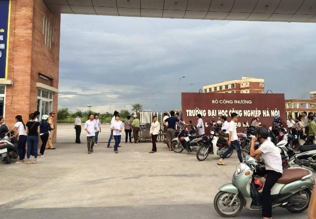 Các thí sinh Hà Nam ra khỏi phòng thi (Ảnh: Việt Linh)