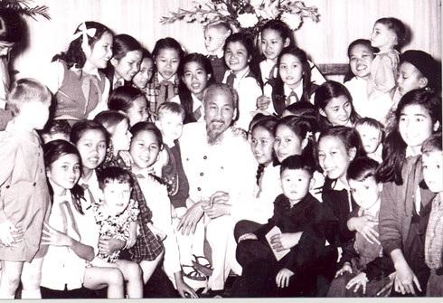 Chủ tịch Hồ Chí Minh chụp ảnh chung với các cháu thiếu nhi Việt Nam và quốc tế nhân dịp năm mới (12/1955) - Theo bqllang.gov.vn