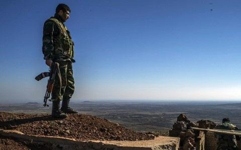 Một binh sĩ Syria quan sát tình hình chiến trận tại tỉnh Quneitra. Ảnh Sputnik
