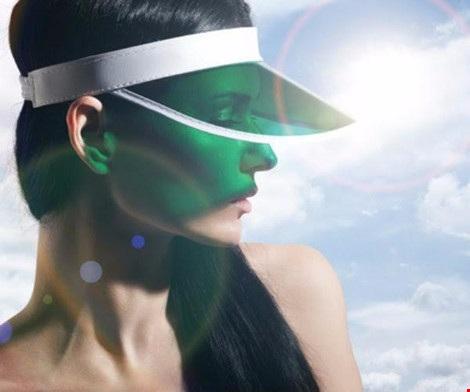 Để giữ da không bị cháy nắng, bạn nên đội nón, mang khẩu trang và bôi kem chống nắng. Hình minh họa