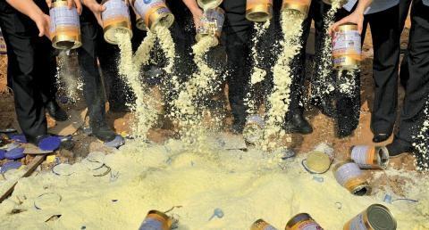 Vụ bê bối hơn 17.000 hộp sữa giả bị bắt giữ khiến dư luận Trung Quốc hoang mang, phẫn nộ. Ảnh newsweek.pl