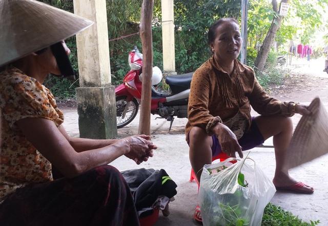 Phụ nữ làng Công Lương thảnh thơi vì công việc đồng áng nặng nhọc đã có chồng gánh vác. Ảnh:Đ.H