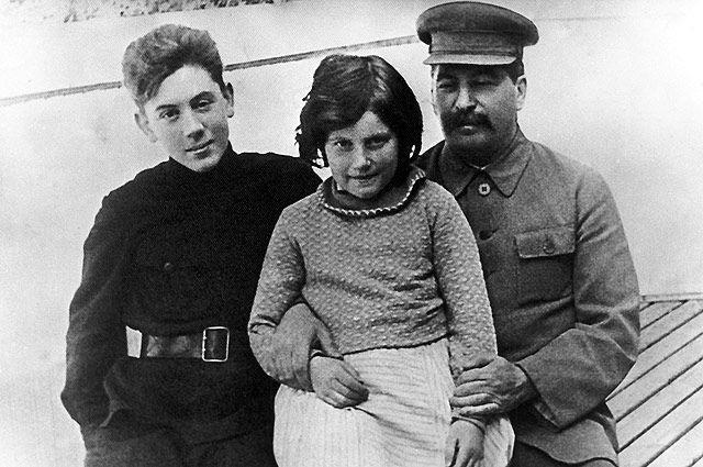 I.V. Stalin với các con - Svetlana và Vasily những năm 1930. Ảnh từ kho lưu trữ cá nhân của E. Kovalenko / RIA Novosti