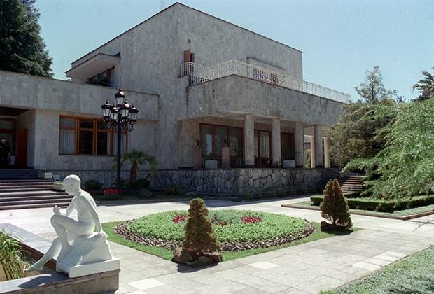 Khu nghỉ mát tổng thống ở Bocharov Ruchay năm 1997. Ảnh: Alexander Chumichev / TASS