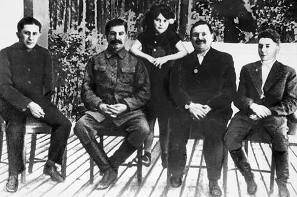 Joseph Stalin (2 bên trái) cùng các con Vasily (trái), Svetlana (đứng) và Jacov (phải), người thứ hai bên phải là Andrei Zhdanov. Ảnh: RIA Novosti