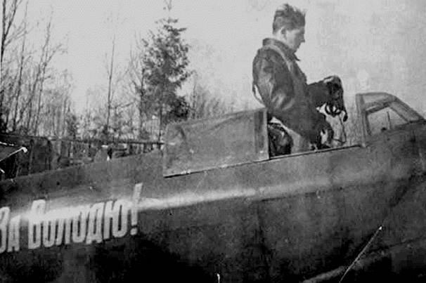 Vasily Stalin trong buồng lái của chiếc Yak-9, có dòng chữ Vì Volodya! (để tưởng nhớ Vladimir Mikoyan đã mất), 1940. Nguồn: Public Domain
