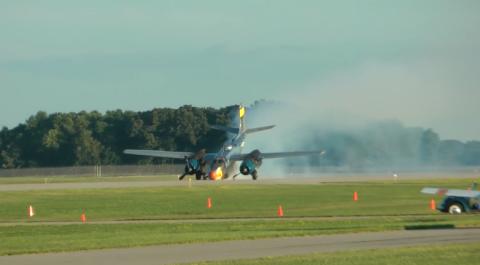 Máy bay Mỹ hạ cánh bằng mũi