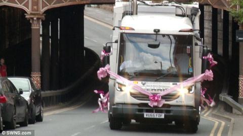 Cô dâu gây sốc vì dùng xe chở rác làm xe hoa - 1