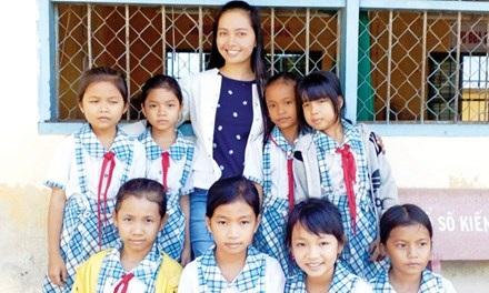 Cô giáo Lâm Ngọc Hoa Lan cùng học sinh. Ảnh: Xuân Lương