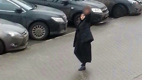 Hình ảnh cho thấy người phụ nữ trên đường phố