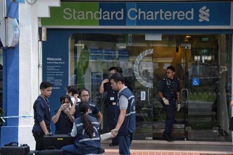Cảnh sát phong tỏa hiện trường vụ cướp ngân hàng. Ảnh: STRAITS TIMES