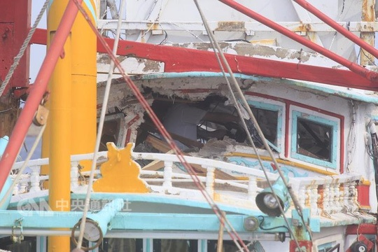 Tàu cá Tường Lợi Tinh bị tên lửa xuyên qua. Ảnh: CNA