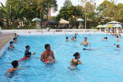 Trẻ em tập bơi tại Nhà Thiếu nhi quận Thủ Đức, TP HCM. (Ảnh: Hoàng Triều)
