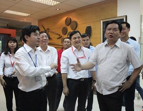Bí thư Thành ủy TP.HCM Đinh La Thăng làm việc với Công viên phần mềm Quang Trung ngày 28-5. Ảnh: TÁ LÂM