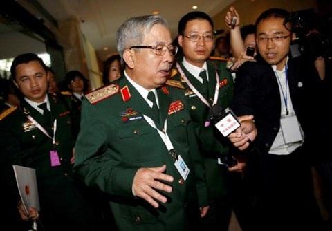 Thượng tướng Nguyễn Chí Vịnh, Thứ trưởng Bộ quốc phòng trả lời phỏng vấn báo chí bên lề Đối thoại Shangri-La- Ảnh: Reuters.