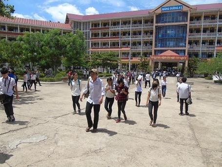 Các thí sinh tại điểm thi Đại học Quảng Bình hoàn thành bài thi môn Toán. (Ảnh: Đặng Tài)