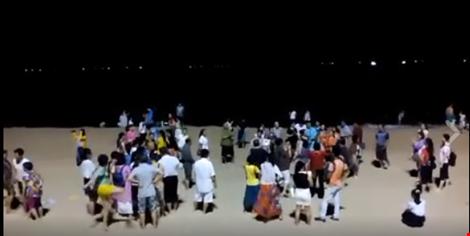 Du khách Trung Quốc múa hát trên bãi biển Nha Trang. Ảnh: TƯ LIỆU