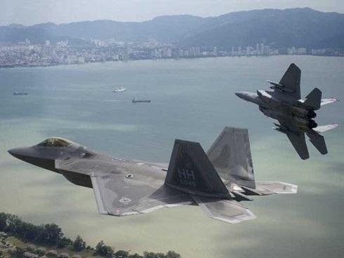 Một chiếc F-22 bay cạnh một chiếc F-15. Ảnh: US Air Force