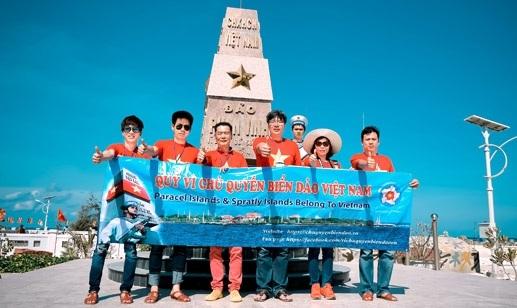 Đoàn đại biểu kiều bào Hàn Quốc (ông Lý Thừa Vĩnh, thứ ba từ trái sang và ông Trần Hải Linh, thứ ba từ phải sang) trên quần đảo Trường Sa.