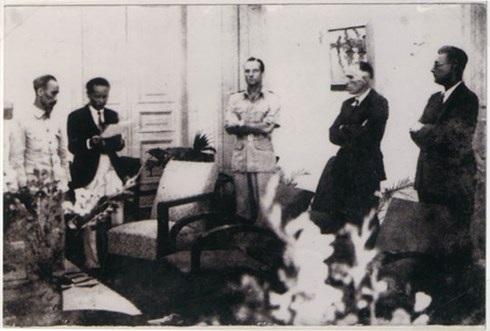 Lễ ký kết Hiệp định sơ bộ 6/3/1946 tại 38 Lý Thái Tổ, Hà Nội. Từ trái qua phải: Hồ Chí Minh, Hoàng Minh Giám, Sainteny, Pignon, Caput. Ảnh: Nguyễn Bá Khoản.