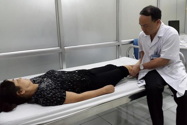 ThS.BS Nguyễn Văn Phú đang khám cho một bệnh nhân đau cơ do tập thể dục sai cách. Ảnh: P.T