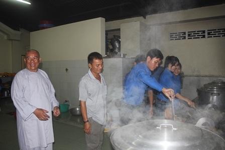 Các tình nguyện viên sẵn sàng nấu cơm chay phục vụ miễn phí cho thí sinh và người nhà tham gia kỳ thi. (Ảnh: Minh Giang)