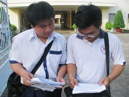 Thí sinh Bạc Liêu xem lại bài làm sau khi hoàn thành môn Vật Lý chiều ngày 2/7. (Ảnh: Huỳnh Hải)