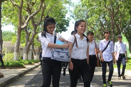Thí sinh dự thi tại điểm thi ĐH Nha Trang sau khi kết thúc môn Toán, trưa 1/7 - Ảnh: Viết Hảo