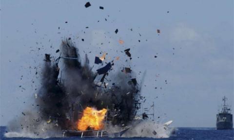 Indonesia từng đánh đắm tàu cá Trung Quốc đánh bắt trái phép. Ảnh minh họa: AP