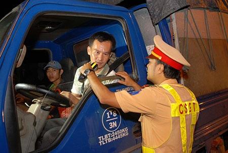 CSGT kiểm tra nồng độ cồn của các tài xế tại TPHCM. (Ảnh: Trung Kiên)